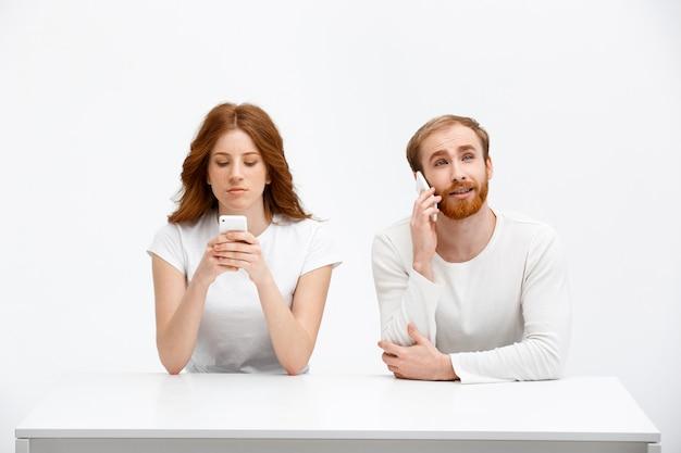 Dziewczyna pisze wiadomość tekstową jako mężczyzna rozmowy telefon