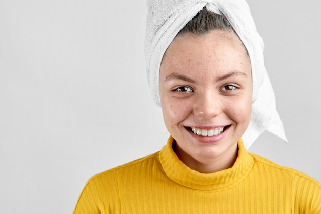 Dziewczyna po uzdrowisku w biały ręcznik z problem z trądzikiem problem okres dojrzewania skóry
