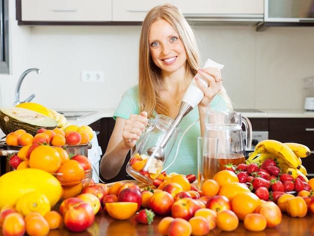 Dziewczyna podejmowania koktajle owoców