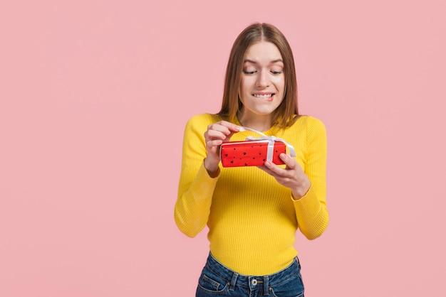 Dziewczyna podekscytowana otwarciem prezentu