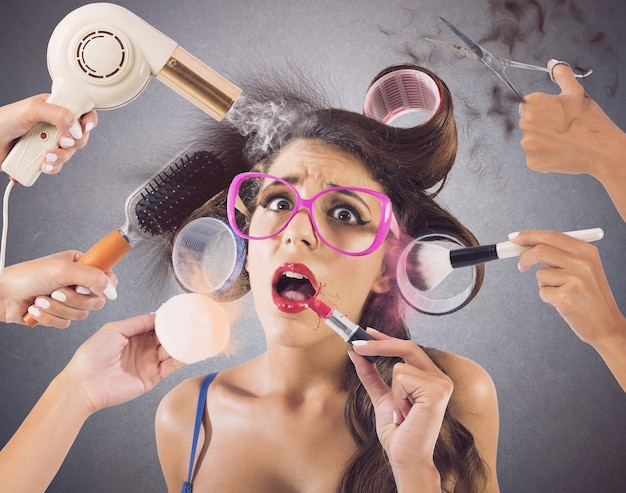 Dziewczyna podkreśliła przez ręce, które noszą makijaż