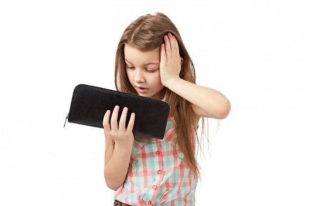 Dziewczyna podnosi ręce, gdy zobaczył pusty portfel.