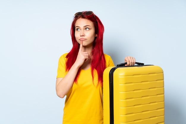 Dziewczyna podróżnik trzyma walizkę