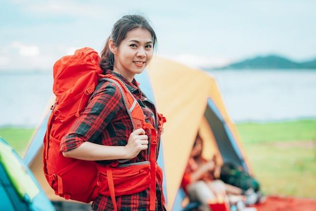 Dziewczyna podróżnik z plecakiem na kempingu podczas podróży wakacje