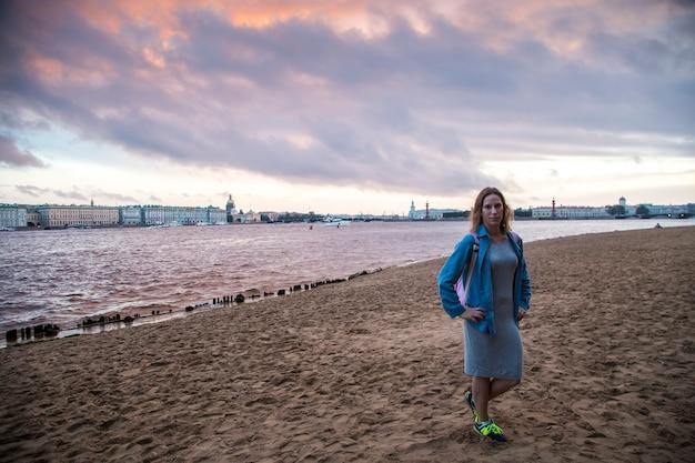 Dziewczyna podróżująca do sankt petersburga w rosji latem