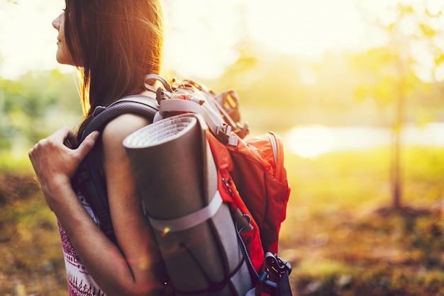 Dziewczyna podróżująca samotnie z jej plecakiem