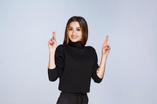Dziewczyna pokazując znak krzyża w dłoni. zdjęcie wysokiej jakości