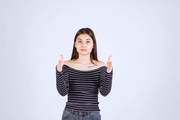 Dziewczyna pokazująca ilość lub miary produktu.