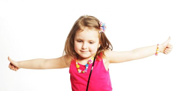 Dziewczyna pokazuje aprobaty odizolowywał jeden biel