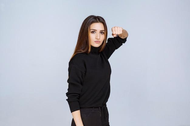 Dziewczyna pokazuje swoją pięść i siłę. zdjęcie wysokiej jakości