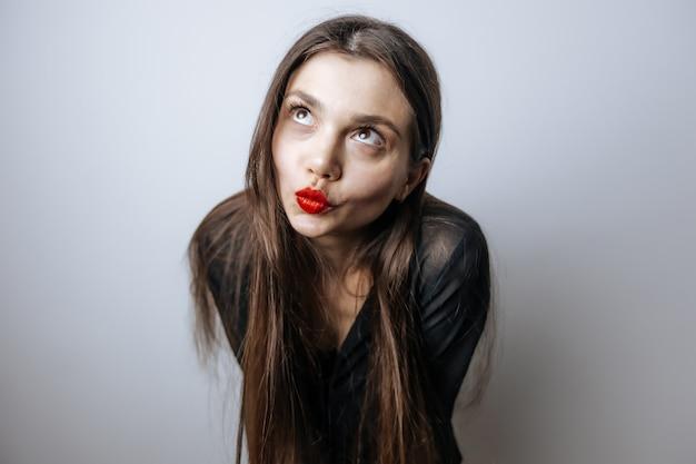 Dziewczyna pokazuje swoje czerwone usta