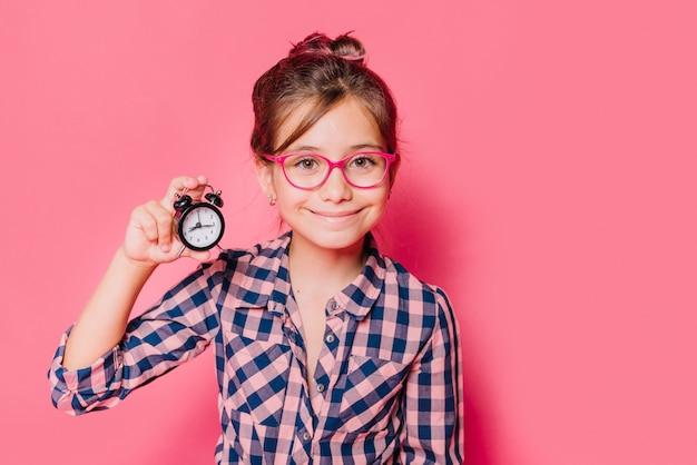 Dziewczyna pokazuje zegar