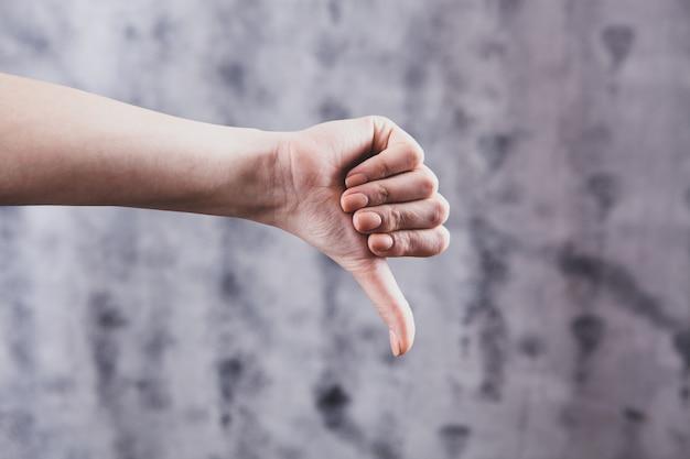 Dziewczyna pokazuje zły znak kciuki w dół