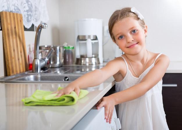 Dziewczyna poleruje stołowego wierzchołek w domu