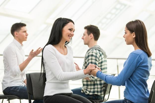 Dziewczyna pomaga innej dziewczynie pokonać depresję.