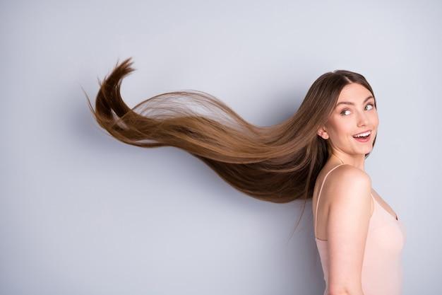 Dziewczyna potrząsnęła zdrowymi włosami