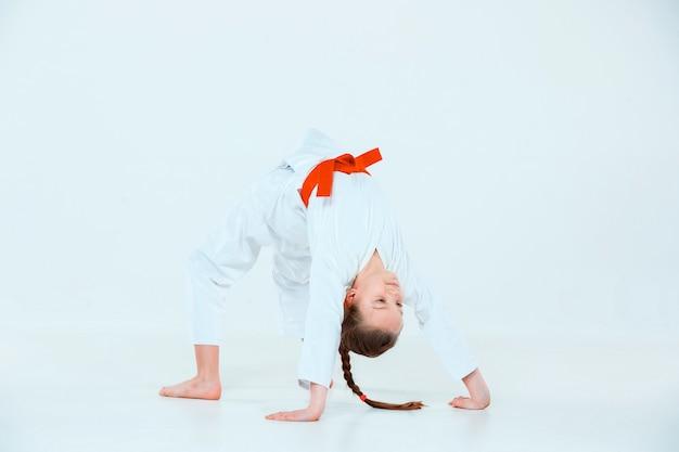 Dziewczyna pozuje na treningu aikido w szkole sztuk walki. pojęcie zdrowego stylu życia i sportu