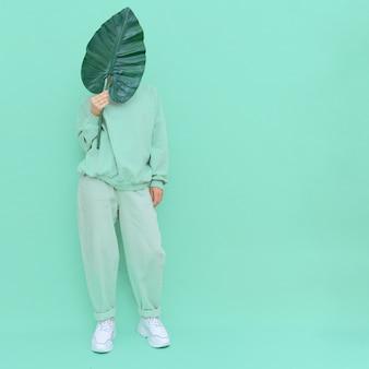 Dziewczyna pozuje w studio styl miejski modny świeży strój na co dzień