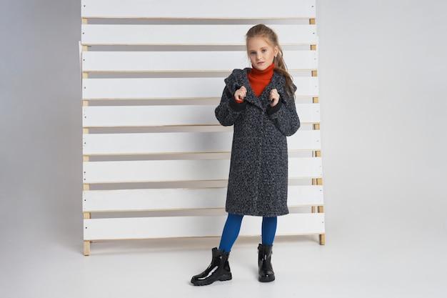 Dziewczyna pozuje z jesieni odzieży kolekcją