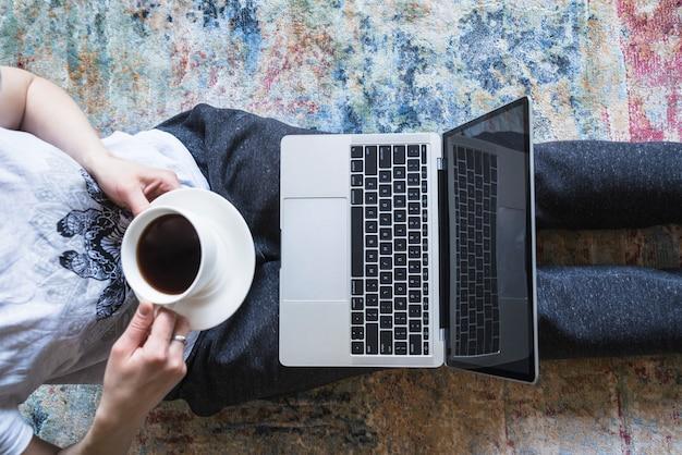 Dziewczyna pracuje na szarym laptopie