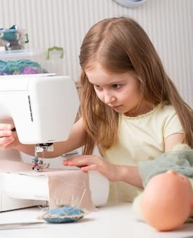 Dziewczyna pracuje z maszyną do szycia