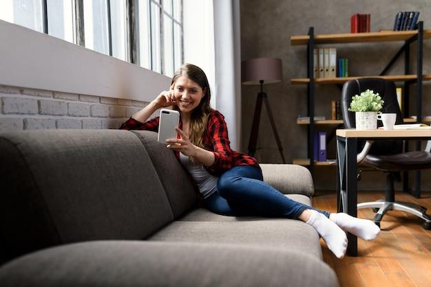 Dziewczyna prowadzi rozmowę wideo z rodziną