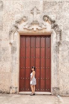 Dziewczyna przed drzwiami wewnętrznego patio katedry w hawanie