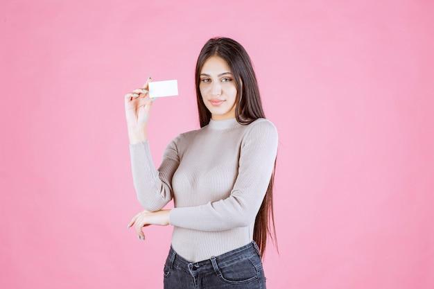 Dziewczyna przedstawia swoją wizytówkę partnerowi biznesowemu
