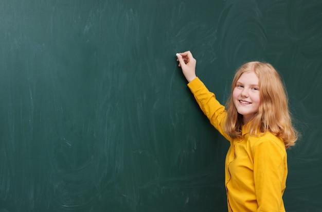 Dziewczyna przy tablicy