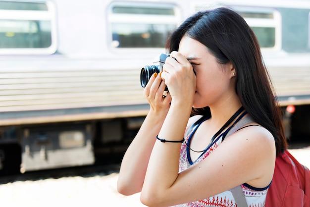 Dziewczyna przygody hangout podróży wakacje wakacje koncepcja
