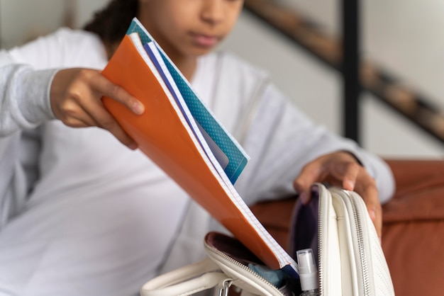 Dziewczyna przygotowuje plecak do szkoły