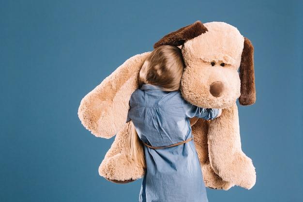 Dziewczyna przytulanie pluszowa zabawka