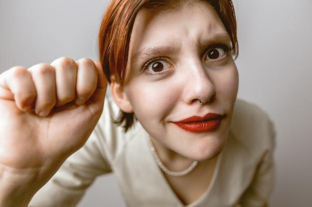 Dziewczyna puka do aparatu, zniekształcony portret