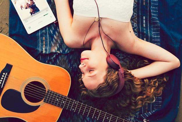 Dziewczyna relaksująca i słuchająca muzyka