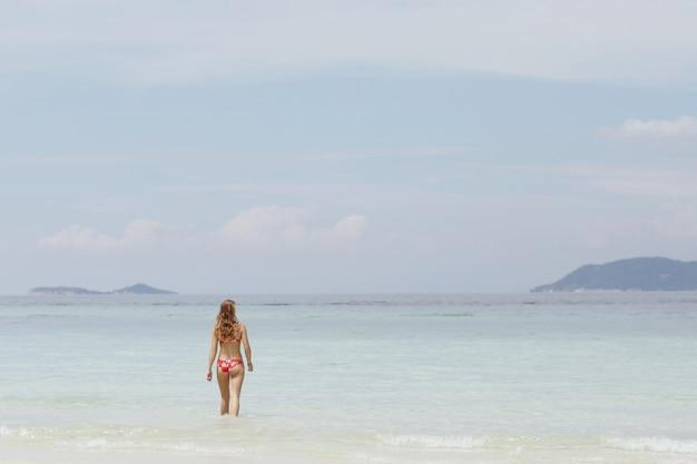 Dziewczyna relaksuje się i pływa w wodzie morza martwego w tajlandii