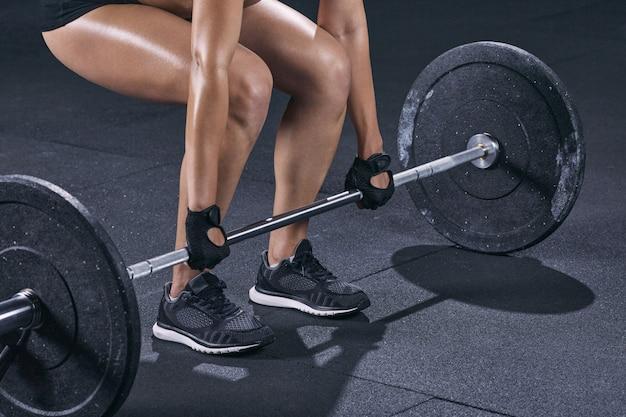 Dziewczyna robi crossfit treningu w siłowni