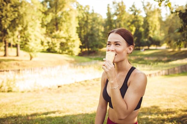 Dziewczyna robi ćwiczeniu w parku