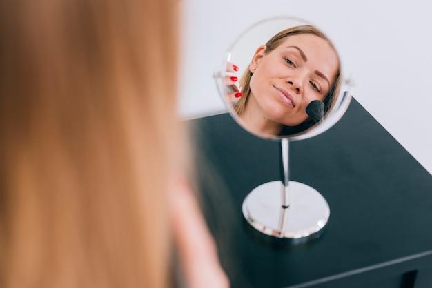 Dziewczyna robi jej makijaż w łazience