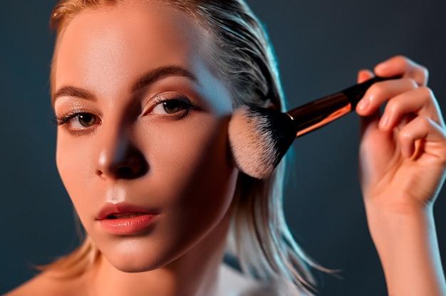 Dziewczyna robi jej makijaż