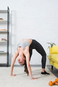 Dziewczyna robi joga w jej domu