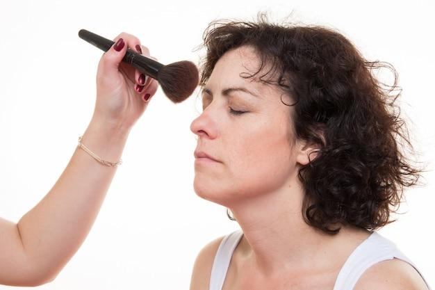 Dziewczyna robi makijaż dla kobiety