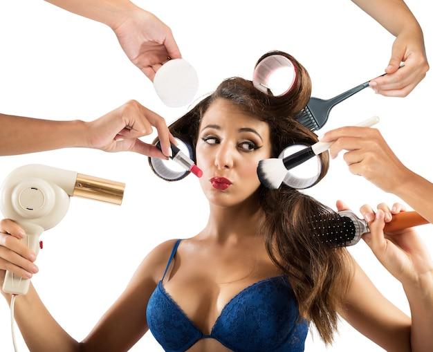 Dziewczyna robi makijaż i stylizuje włosy