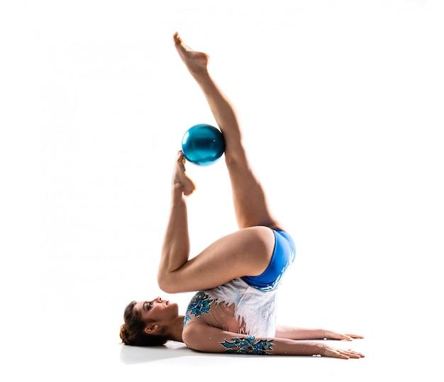 Dziewczyna robi rytmiczne gimnastyka z piłką