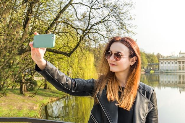 Dziewczyna robi selfie