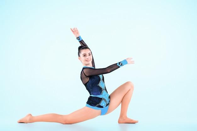 Dziewczyna robi taniec gimnastyka na niebiesko