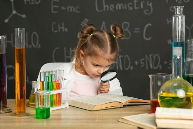 Dziewczyna robi testy w laboratorium