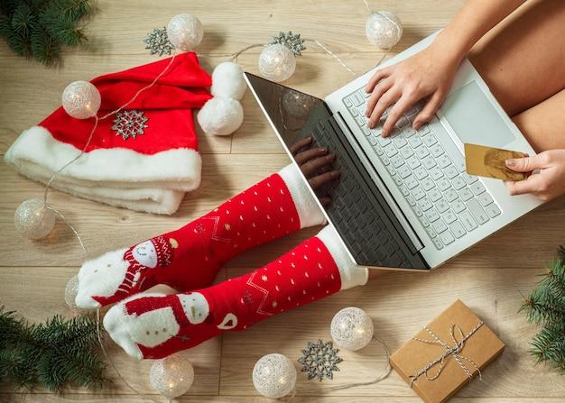 Dziewczyna robi zakupy online na prezenty świąteczne