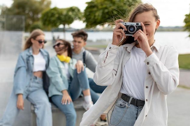 Dziewczyna robi zdjęcie obok swoich przyjaciół