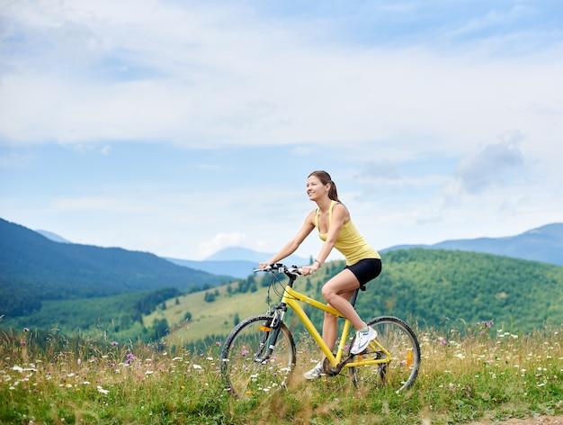 Dziewczyna rowerzysta jedzie na rowerze górskim