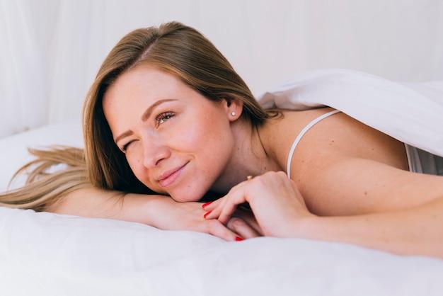 Dziewczyna rozluźniła się w łóżku